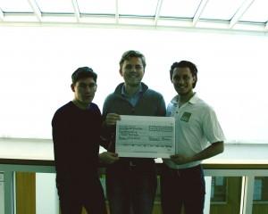 Spendenübergabe durch Präsident Paul Szynka und Clubmeister Nicolas Paulsen an ShelterBox-Botschafter Sebastian Kasper